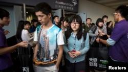 Para pelajar meninggalkan ujian Scholastic Assessment Tests (SAT) dit AsiaWorld-Expo di Hong Kong (2/11). (Reuters/Tyrone Siu)