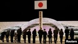 Thân nhân của các nạn nhân trận động đất và sóng thần ngày 11/3 dành một phút mặc niệm trong buổi lễ tưởng niệm quốc gia tại Tokyo.