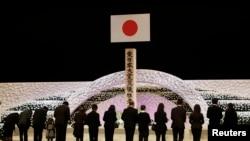 Warga Jepang memberikan penghormatan untuk mengenang para korban gempa bumi dan tsunami 11 Maret 2011, dengan menggelar peringatan dua tahun musibah nasional tersebut di antara rangkaian bunga chrysanthemum di Tokyo (11/3).