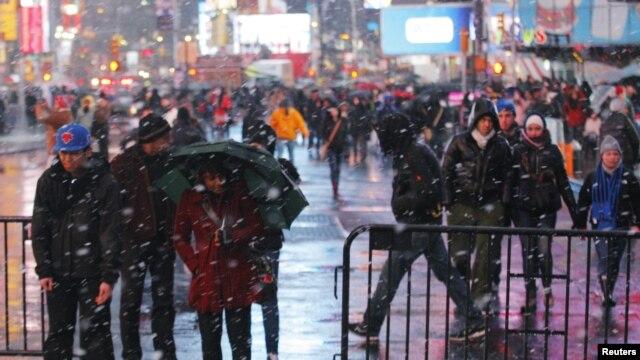 Cientos de miles de personas acuden a presenciar la fiesta de Año Nuevo en pleno corazón de Manhattan.