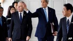 Jean-Marc Ayrault, avec le secrétaire d'État John Kerry, lors de la réuniion du G7 le 11 acril 2016.