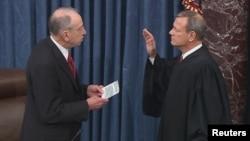 Predsedavajući sudija Vrhovnog suda Džon Roberts polaže zakletvu pred Senatom u nastavku procesa opoziva Donalda Trampa