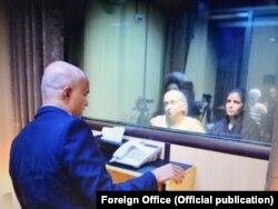 کلبھوشن اپنی بیوی اور والدہ سے پاکستانی وزارت خارجہ میں ملاقات کر رہا ہے۔ فائل فوٹو