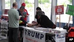 """40 por ciento de los votantes republicanos insisten en que debería haber una """"iniciativa nacional para deportarlos""""."""