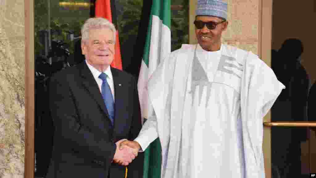 Le président allmand Joachim Gauck, et le président nigérian Muhammadu Buhari se serrent la main lors d'une visite à Abuja, Nigeria , 11 février 2016 .