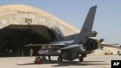 یک فروند جنگنده اف-۱۶ متعلق به ارتش عراق در پایگاه هوایی البلد در شمال بغداد - آرشیو