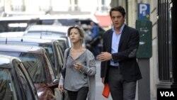 Penulis Perancis, Tristane Banon (kiri) berjalan bersama pengacaranya, David Koubbi di Paris (5/7).