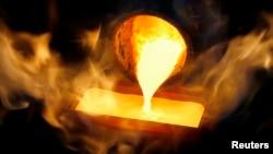 Emas cair di sebuah pabrik pemurnian atau smelter. (Foto: Ilustrasi)