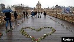 발렌타인데이인 14일 프랑스 파리의 다리 위에 하트모양의 장미가 장식돼있다.