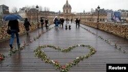 Bunga-bunga mawar ditempatkan di Pont des Arts di atas Sungai Seine, sebagai bagian dari kampanye perayaan Hari Kasih Sayang (Valentine's Day) di Paris, 14 Februari 2014.