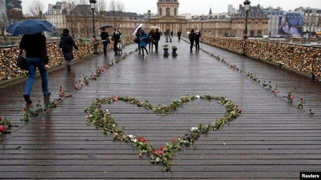 Truyền thống các cặp tình nhân tới Paris - gài ổ khoá vào những cây cầu rồi ném chìa khoá xuống dòng sông thay cho lời ước thề sẽ yêu nhau mãi mãi - bị đả kích, khi số lượng các ổ khoá ngày càng trĩu nặng, đe doạ làm sập các cây cầu bắc qua sông Seine.