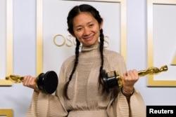 2021年4月25日,梳着两条印第安人小辫、身着爱马仕米色衣裙的赵婷在奥斯卡颁奖典礼上。(路透社)