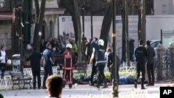 Pessoal médico e de segurança no no local da explosão, 12 de Janeiro, 2016