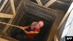 一名巴勒斯坦人爬出连接加沙与埃及的隧道