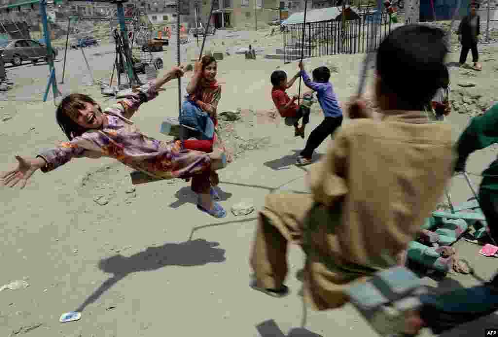 Trẻ em Afghanistan vui đùa ở Kabul. Số thường dân Afghanistan chết trong 6 tháng đầu năm nay tăng 23%.