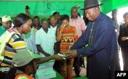 尼日利亚总统乔纳森登记参加投票