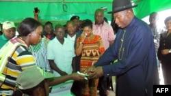 在伊斯兰反叛活动导致多个星期的推迟之后,尼日利亚人前往投票站投票。尼日利亚总统乔纳森2015年3月28日登记参加选举投票