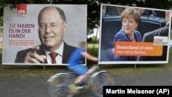 Duisburg kentinde Başbakan Angela Merkel ve Sosyal Demokrat Parti lideri Peer Steinbrück'in seçim afişleri