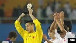 Archives - Le gardien chinois Wang Dalei (à gauche) fait des gestes à la foule suite à la défaite de son équipe face au Japon aux Jeux Asiatiques de Guanghzou, en Chine, le lundi 8 novembre 2010.