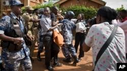 Wanahabari nchini Uganda wakiwa katika majukumu yao ya kazi
