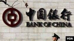 Pemerintah Tiongkok berusaha menekan laju inflasi dengan menaikkan tingkat suku bunga perbankan.