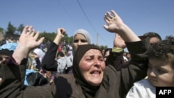 Ðàn ông, phụ nữ Syria hô khẩu hiệu chống Tổng thống Syria Bashar al-Assad sau khi đến làng Wadi Khaled ở miền bắc Libăng gần biên giới Libăng-Syria, ngày 16/5/2011