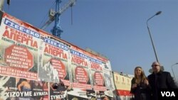 Poster pengumuman pemogokan nasional 24 jam terpampang di jalanan Thessaloniki, Yunani (30/11).