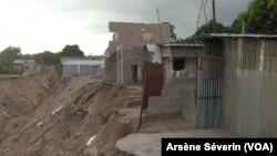 Des maisons englouties par l'érosion à Makabandilou, le 4 janvier 2020. (VOA/Arsène Séverin)