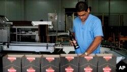 资料照- 古巴哈瓦那的哈瓦那俱乐部朗姆酒公司一工人在检查生产情况。