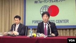 日本外务省与防卫省官员介绍防卫大纲与国家安保战略(美国之音小玉拍摄)
