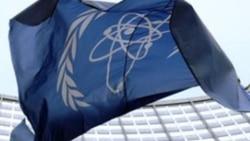 نمایی از پرچم و ساختمان آژانس بینالمللی انرژی اتمی