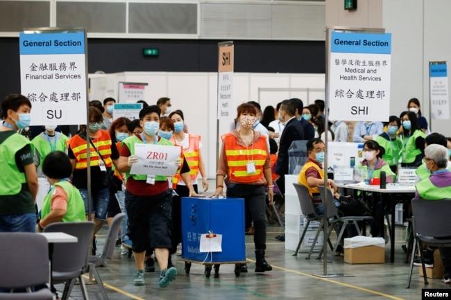 香港选举人员在为选举委员会举行投票后在点票中心交付投票箱。 (2021年9月19日)
