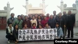 上海、吉林等地访民在北京日坛公园拉维宪横幅迎接中共三中全会。 (64天网图片)