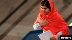 Лауреат Нобелевской премии мира 2014 года Малала Юсуфзай готовится к выступлению на церемонии награждения. Осло, Норвегия. 10 декабря 2014 г.