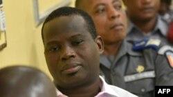 Le commandant ivoirien Jean-Noël Abehi, ancien chef de la gendarmerie, au premier plan, dans une salle d'audience du quartier général de l'armée dans le quartier du Plateau, le jour de son procès, avec huit officiers ivoiriens, à Abidjan, le 4 juin 2015. (AFP PHOTO/ Sia Kambou)