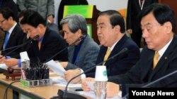 28일 한국 서울 영등포구 당사 비상대책위원회의에서 모두발언하는 민주통합당 문희상 비상대책위원(오른쪽 두번째).
