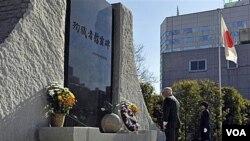 Menteri Pertahanan AS Robert Gates mengheningkan cipta usai meletakkan karangan bunga di sebuah memorial di Tokyo, Kamis, 13 Januari 2011.