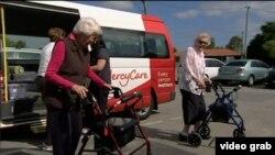 Kunjungan penghuni fasilitas khusus lansia pengidap demensia di Perth, Australia. (Photo: AP/Videograb)