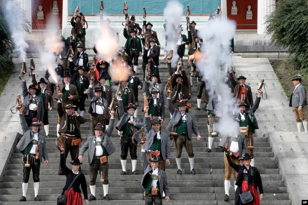 Bavariya sakinləri Münhendə 183-cü Oktoberfest pivə bayramını qeyd edirlər.