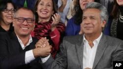 El presidente de Ecuador Lenín Moreno (der.) y el vicepresidente Jorge Glas (izq,) saludan su victoria electoral en Quito. Abril 4 de 2017.