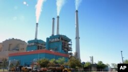 Asap membubung dari pembangkit listrik tenaga batu bara di Colstrip, Montana.