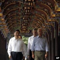 拜登(右)8月21日在习近平的陪同下参观四川都江堰