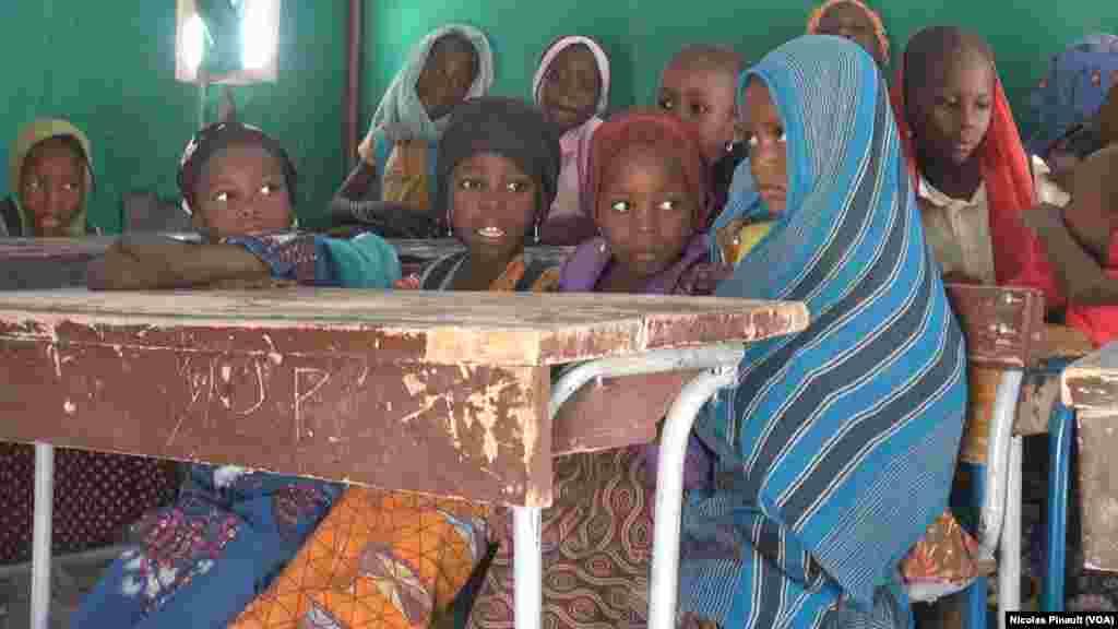 Des écolières de Bosso dans la région de Diffa, Niger, le 19 avril 2017 (VOA/Nicolas Pinault)