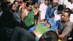 Seorang penumpang bus yang terluka di desa Hardi, Nepal dibawa ke rumah sakit. (Foto: Dok)