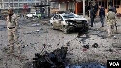 Pasukan keamanan Irak memeriksa lokasi serangan bom mobil di Distrik Sadr, Baghdad. Empat serangan bom mobil terpisah terjadi di Baghdad hari Selasa (24/1).