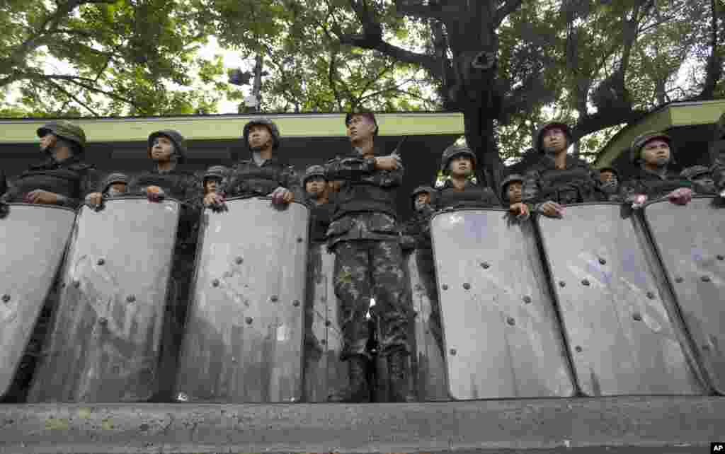 Soldiers stand guard at the Victory Monument in Bangkok, May 29, 2014.