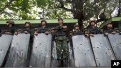 Binh lính đứng gác tại Tượng đài Chiến thắng ở Bangkok, 29/5/2014.