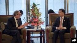 中国副总理汪洋与美国贸易代表弗罗曼在北京交谈。(2016年6月6日)
