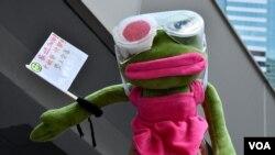 """香港反送中運動""""爆眼少女""""支持者帶同青蛙Pepe公仔到高等法院外聲援,寓意""""愛與同行""""。(美國之音湯惠芸)"""