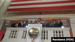 Perusahaan Indonesia membuka pasar bursa saham New York dengan tradisi membunyikan lonceng. (Foto: VOA/Naratama Rukmananda)
